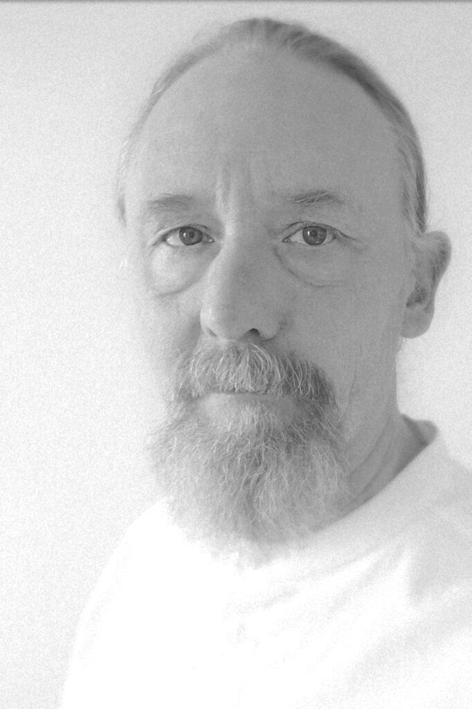 Et sort hvid portræt af digteren og foredragsholderen Atle Thorberg.